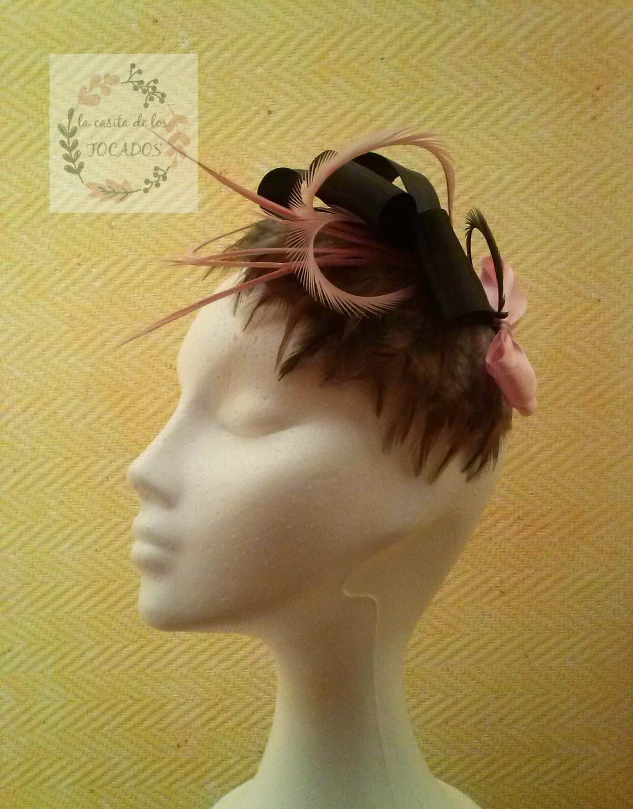 look de boda con tocado marrón y rosa con plumas a juego con vestido rosa nude corto