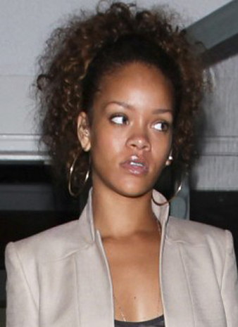 Rihanna kabarık kıvırcık at kuyruğu saç modeli