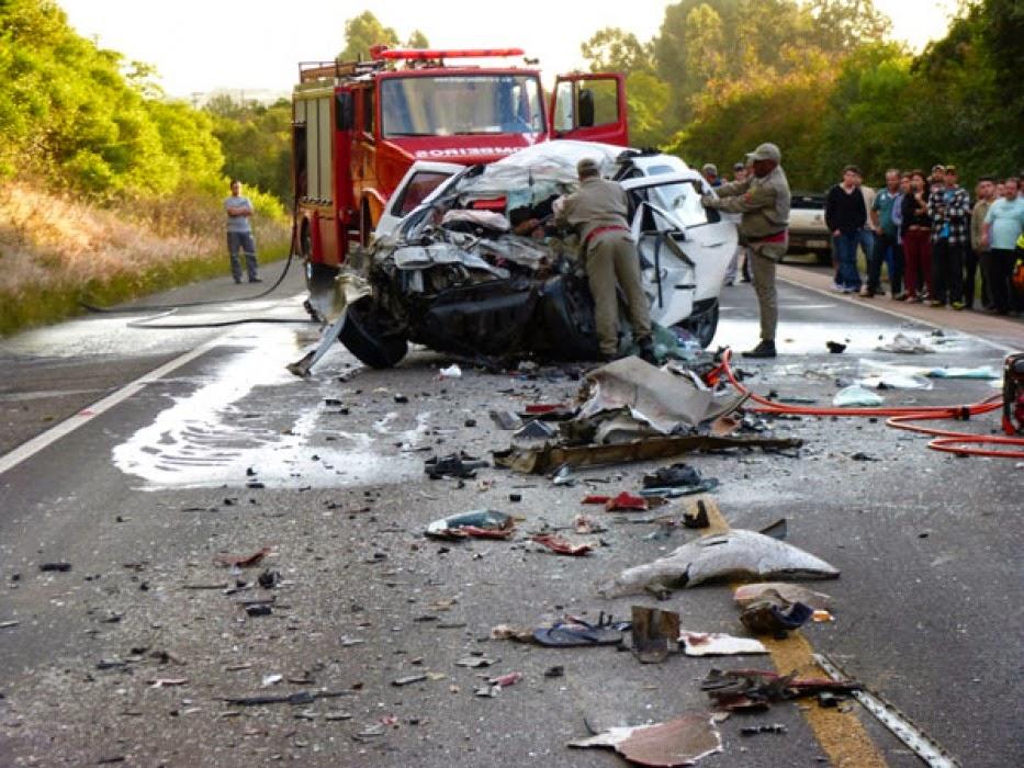 Jornal r 7 acidente entre carro e caminh o causa uma for Portal corrente e noticia