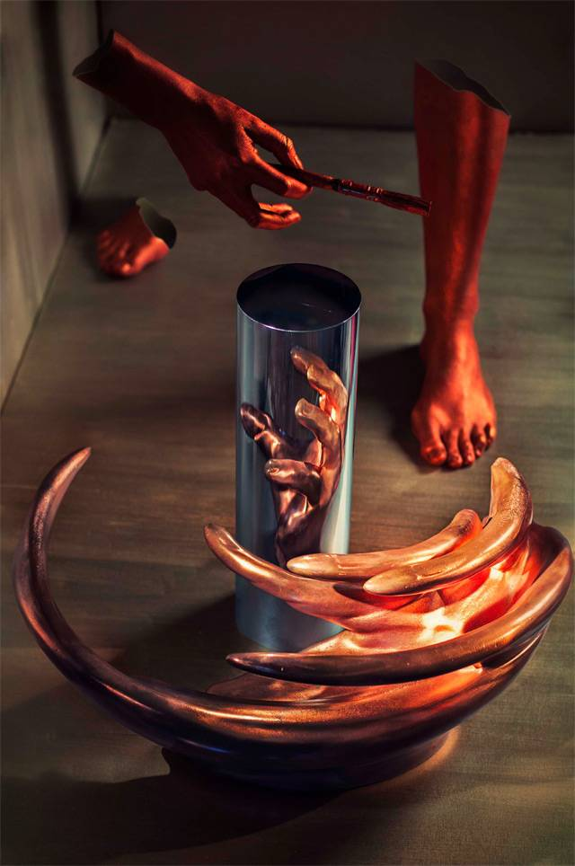 Anamorphic Sculptures Revealed in Cylindrical Reflections