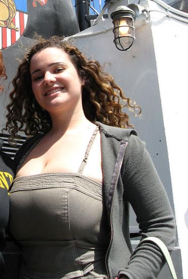 menina gordinha com biquinhos durinhos aparecendo através da roupa