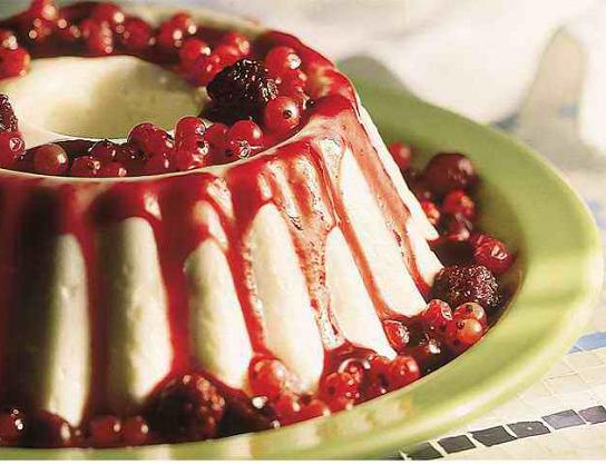 Musse de iogurte com calda de frutas