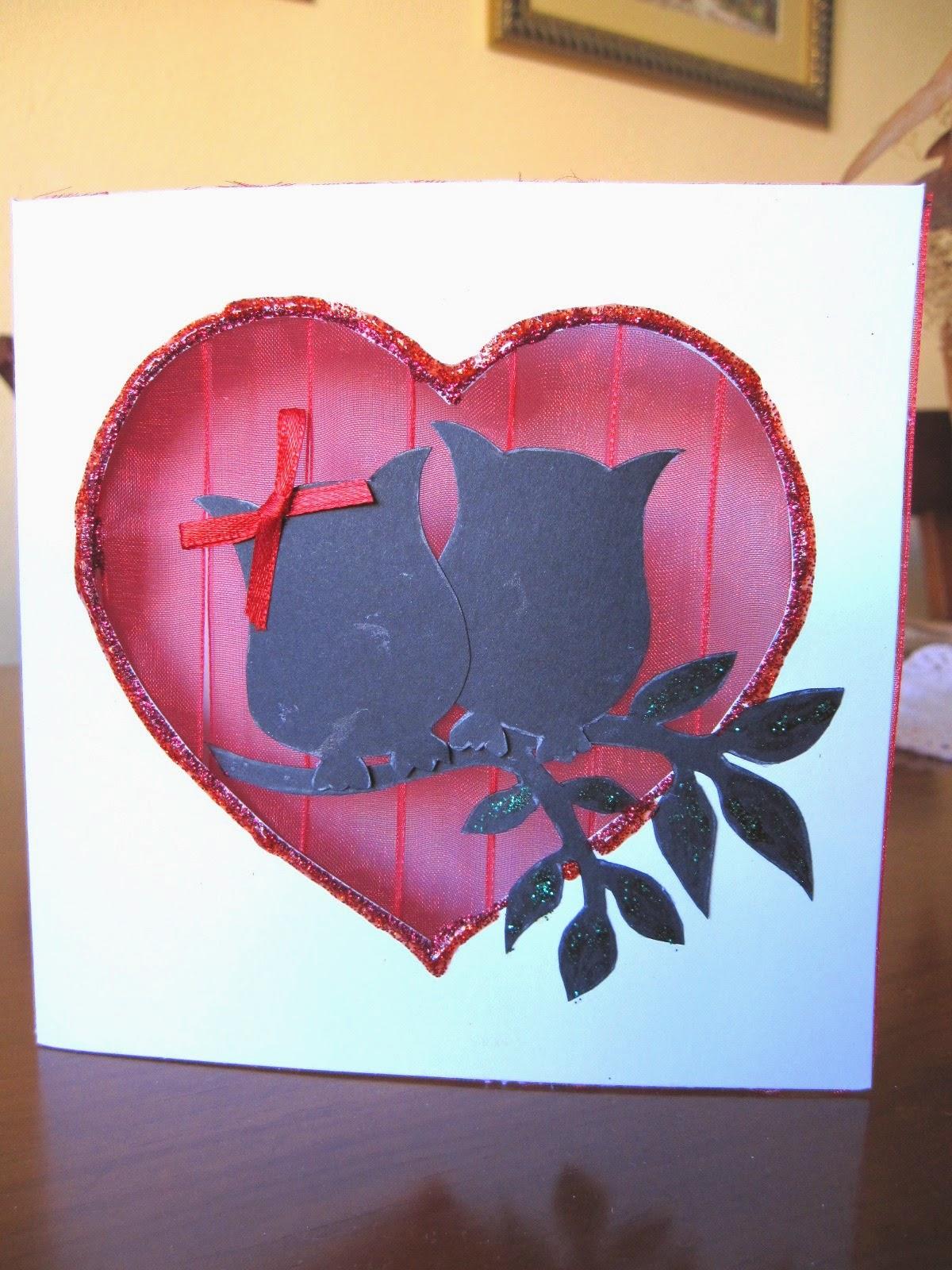 tarjeta de scrapbooking para San Valentín, luna roja con siluetas de búhos enamorados y rama y detalles de glitter glue rojo y verde