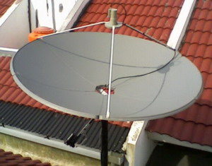 Gambar antena parabola digital untuk menerima siaran televisi luar negeri.