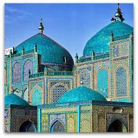 tampilan exterior masjid biru di afganistan