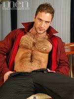 Homem másculo de peito peludo