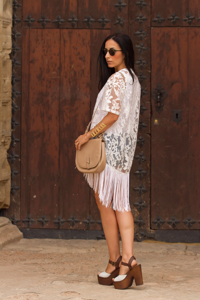 Kimono flecos + Sandalias madera + Bolso piel color maquillaje + Gafas de sol Bottega Veneta 225S
