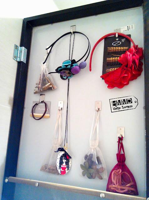 espejo con espacio para guardar horquillas, pinzas, diademas, gomas del pelo, pendientes, collares; mirror with space at back to keep earrings, hairpins, necklaces, hairbands handmademaniadecor hmmd