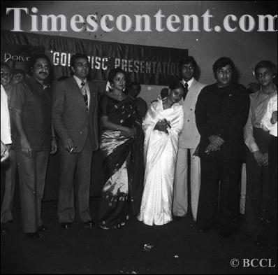 Амит-джи. Фото - Страница 5 Ramesh+Sippy-Dharmendra-Hema+Malini-Jaya+Bhaduri-Amitabh+Bachchan-Amjad+Khan
