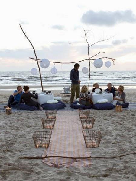 Znajomi przy stolikach na plaży