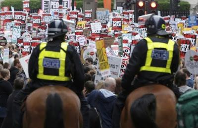 """Десятки тысяч демонстрантов в Лондоне протестуют против """"политики экономии"""""""