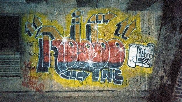 Eyeteeth incisive ideas graffiti wars banksy v robbo for Banksy mural painted over