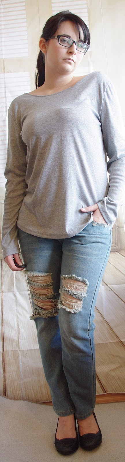 Outfit Ripped Jeans and Backless Top