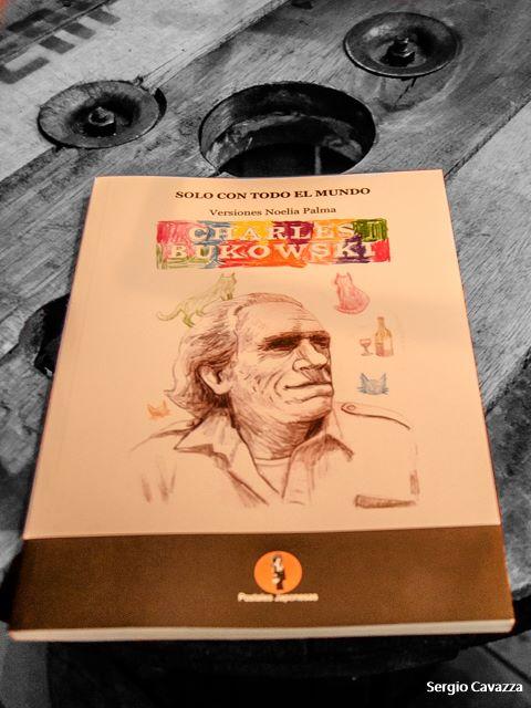 Solo con todo el mundo, Charles Bukowski, Postales Japonesas Editora, 2017, Versión de Noelia Palma