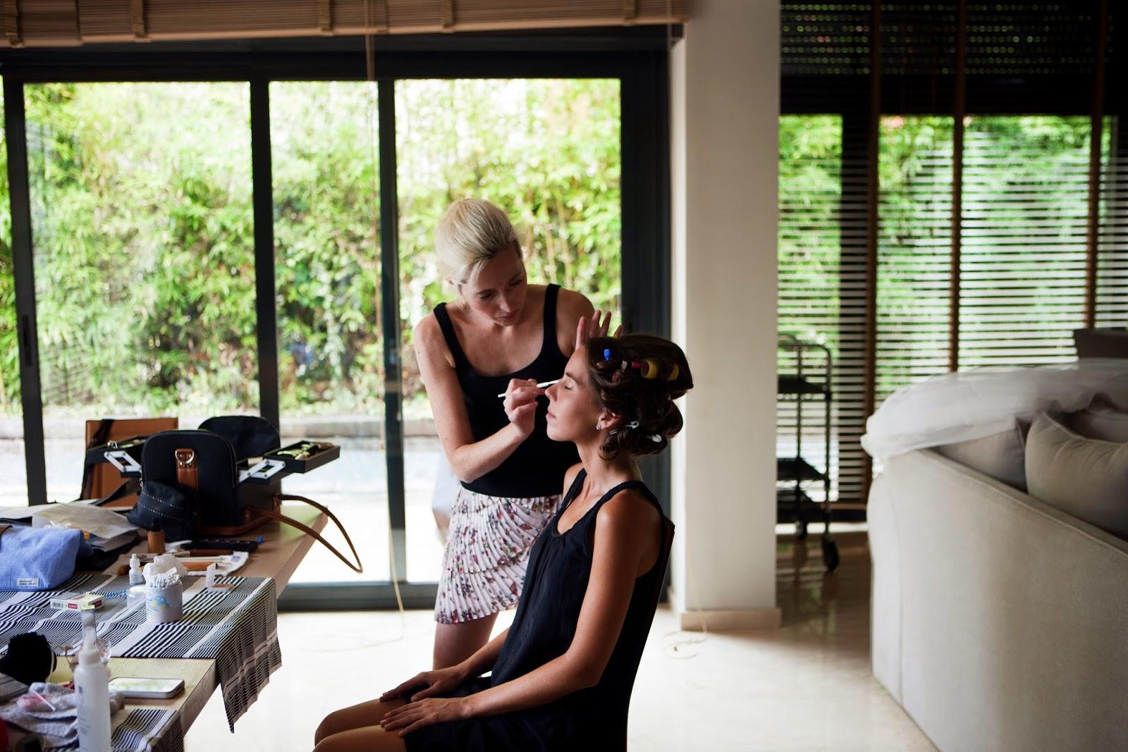 Agnés Sunyer maquillando a una novia el día de su boda