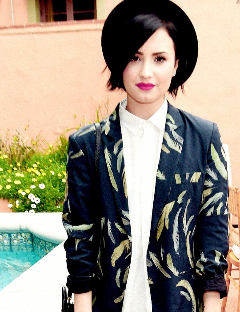 Demi Lovato posa en ropa interior para revista americana.