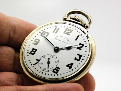 ¿Por qué los relojes de exhibición marcan las 10:10?