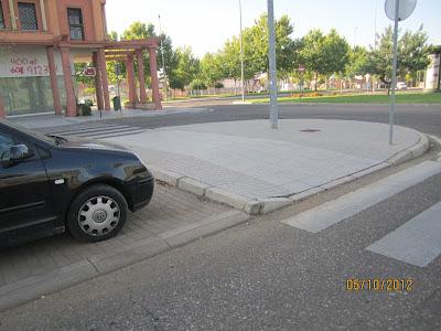 Se observa la buena visibilidad del tráfico desde un vado sobresaliente desde la acera,  cuyo borde está enrasado con el límite de la franja de aparcamiento en cordón.