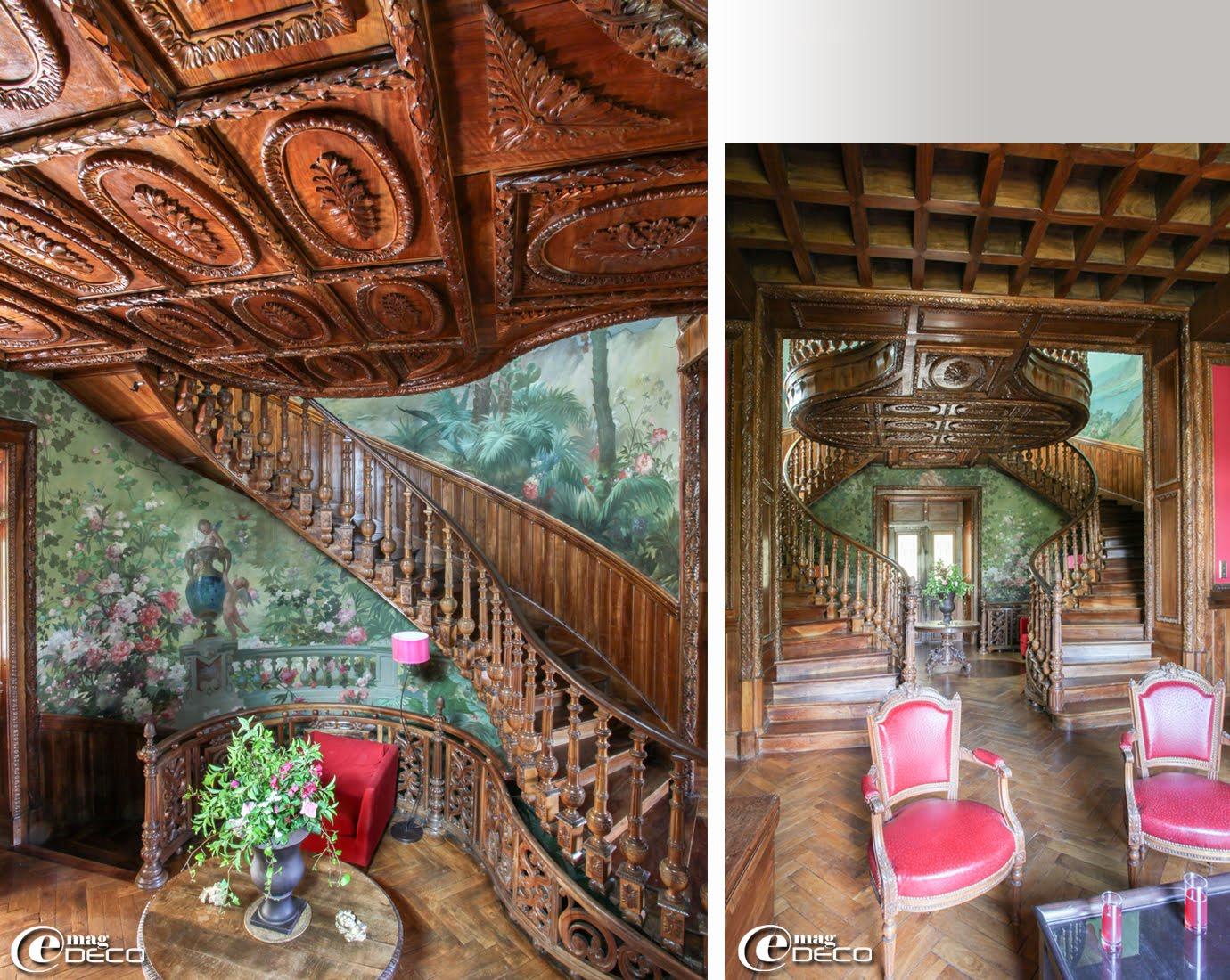 La cage d'escalier habillée de grands panoramiques en toile marouflé et l'escalier monumental en noyer du Château Clément à Vals-les-Bains en Ardèche