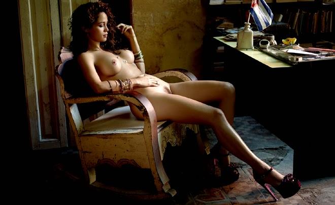A atriz Nanda Costa mostrando a sua buceta cabeluda na Playboy.