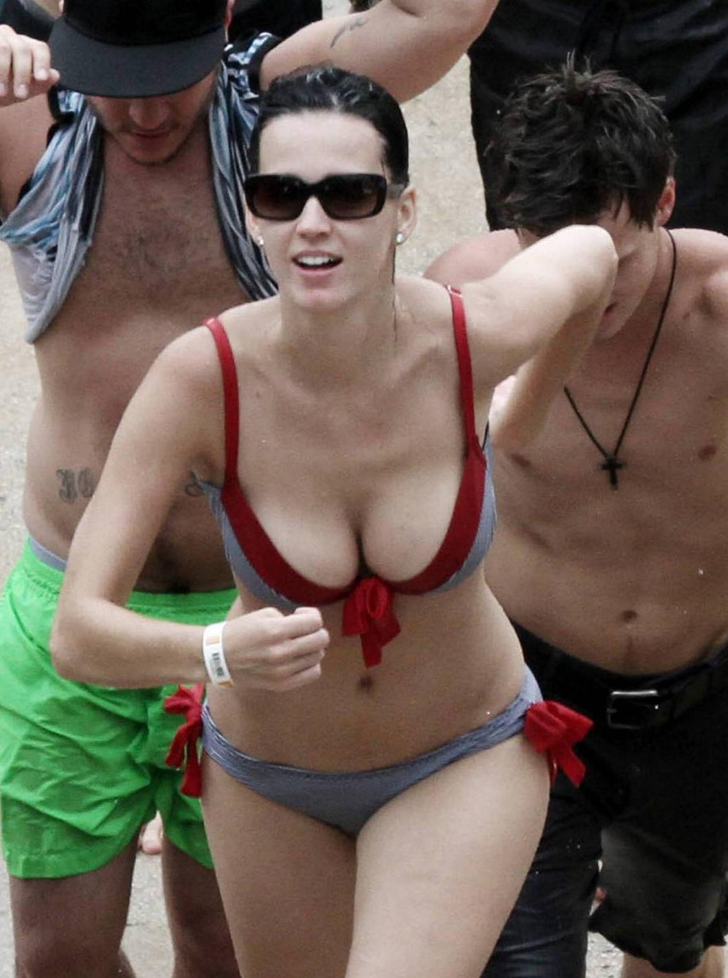 http://3.bp.blogspot.com/-uJZmEHpRwlc/T0nJfs_nghI/AAAAAAAAE74/wEmdl5HqIPc/s1600/katy-perry-redstripedbikini1.jpg