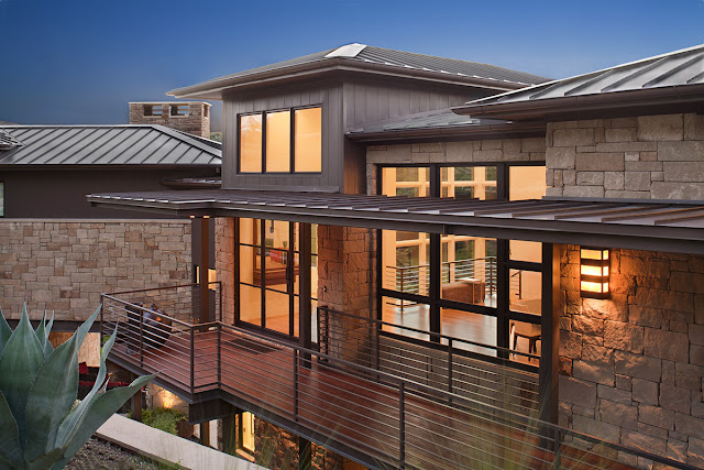 Photo of back facade and balcony of contemporary home in Austin