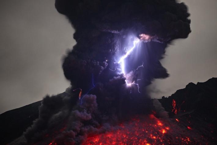 Imagem de raios e vulcões