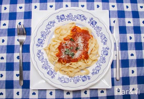 tagliatelle con salsa casera de tomate y albahaca