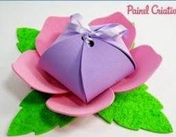 http://123manualidades.com/flor-con-paquete-de-regalo-en-goma-eva/2934/