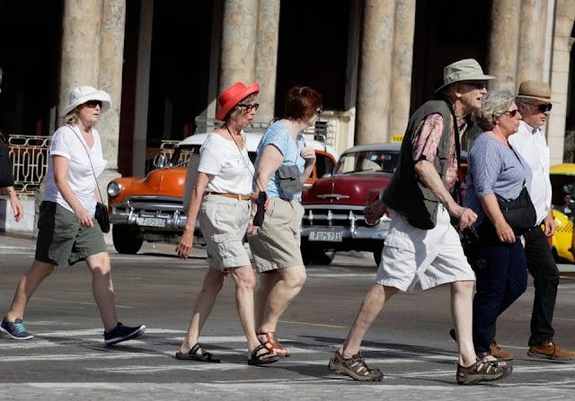 turistas en las calles de La Habana