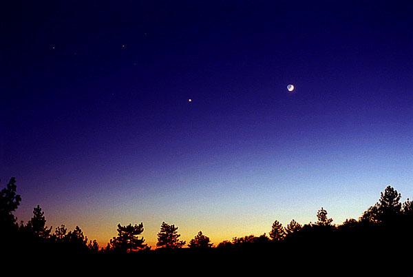 Mặt Trăng, Sao Kim, Sao Hỏa và sao Antares tỏa sáng trên bầu trời núi Laguna, California. Tác giả : Chris Cook.
