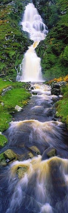 Dal profondo della terra sale e percorrendo vie impervie nella roccia e nelle mie vene corre veloce verso un'uscita. Sgorga e zampilla al sole, all'aria, alla vita. È l'acqua, questa linfa naturale, fondamentale, sostanziale per l'uomo e la natura, per il cielo e per la terra, per il bene e per il male. L'acqua è nostra e ci serve, ci è utile e va difesa, va preservata e conservata, quasi amata. Teniamocela stretta, abbracciamola, questa acqua spesso è odiata ma soprattutto utilizzata da mano e mente criminale, affaristica e corrotta. Razionalizzarla è ora una necessità non più un progetto, a breve sarà una rarità. Ma c'è poca volontà. Privatizzare questo comune bene primario è come l'umanità condannare. È come strumentalizzare il futuro: nostro, vostro, di tutti noi, di tutti voi, di chi c'è e di chi ci sarà, di chi andrà e di chi verrà, di chi ama e di chi vive.                                      Di adesso e di allora, di ora e di poi… per una condizionata morte naturale. È l'acqua questa linfa frizzante, liscia, trasparentemente limpida che corre senza freno dal profondo della terra e fino a dentro il nostro cuore arriva.