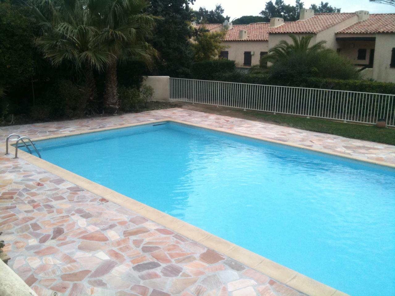 la baie de pramousquier des nouvelles dalles pour la piscine pour plus de s curit et des wc. Black Bedroom Furniture Sets. Home Design Ideas