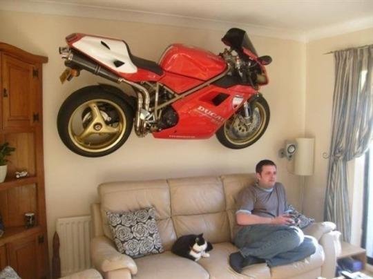 moto en la pared