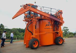機械での収穫(ブラジル)