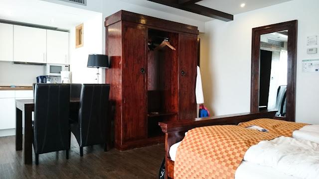 Echtholzmöbel und Küchenzeile im Kapitänszimmer