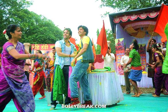 Tusshar Kapoor, Riteish Deshmukh - (4) - Riteish & Tusshar on the sets of 'Pavitra Rishta'