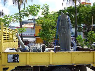 Peletakan Patung penari Toraja