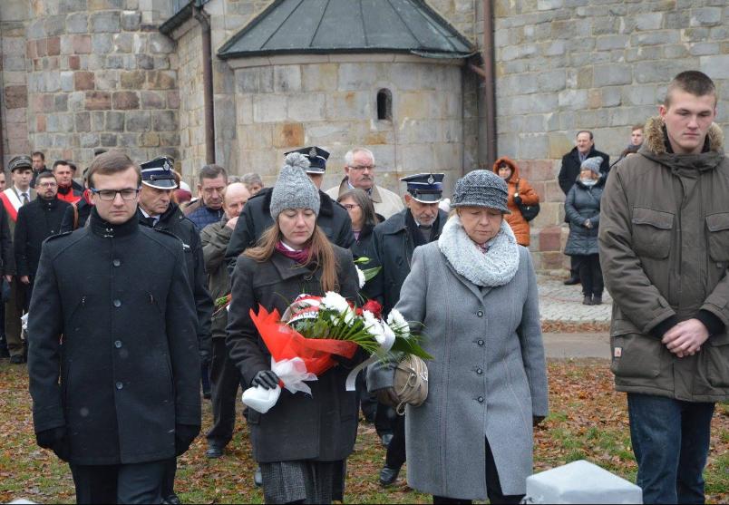 NTH Delegacja 11.11.16 pod pomnikiem powstańców wielkopolskich w Kruszwicy