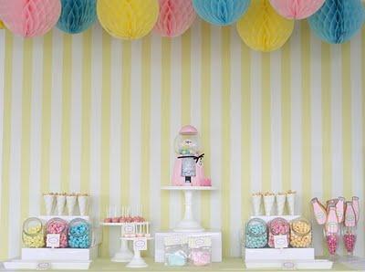 decorar mesa dulce con bolas de papel nido de abeja
