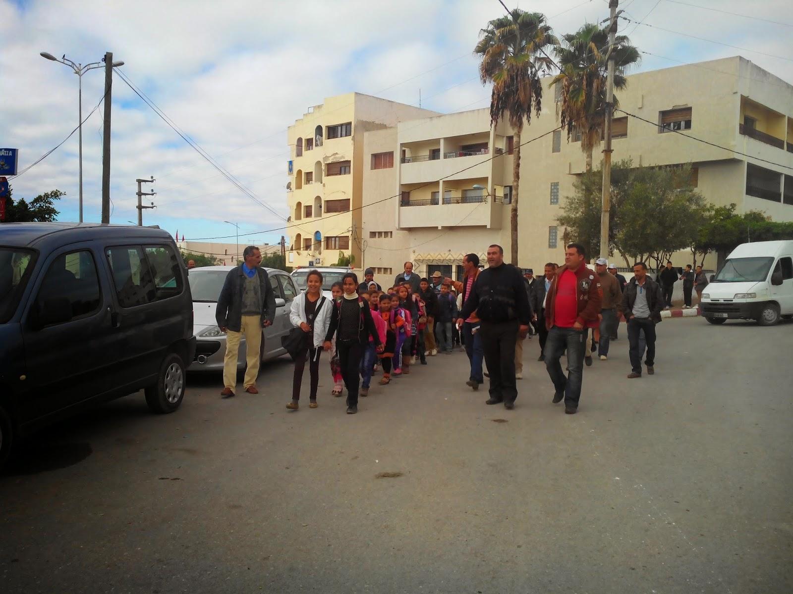 تاونات: الاباء الذين منعوا ابائهم من التوجه الى مدرسة الحاجيين يحتجون رفقة ابنائهم بنيابة التعليم وامام العمالة