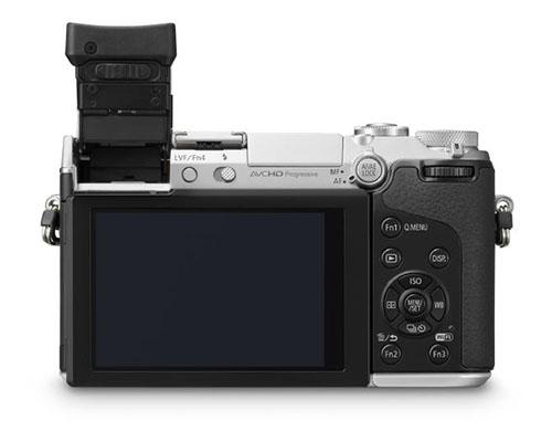 Fotografia della Panasonic GX7 con il mirino alzato