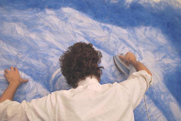 Artista planchas y dobla tela de tul para crear hermosos retratos