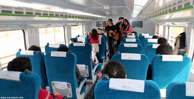 Músicos coreanos en el interior del tren ITX