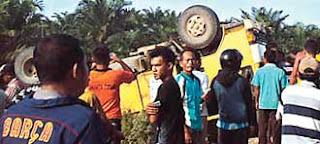 - Bahaya yang mengancam keselamatan siswa dalam perjalanan menuju dan pulang sekolah seakan sudah menjadi lagu lama yang terus diputar di Indonesia. Kali ini tragedi mengerikan terjadi di Desa Masnauli, Kecamatan Manduamas, Tapanuli Tengah (Tapteng), Sumatera Utara. Sebanyak 17 siswa tewas dalam perjalanan ke sekolah kemarin (28/5/2015). Truk yang mengangkut mereka terbalik dan tercebur ke parit sedalam 2,5 meter.  Truk dengan bak terbuka nahas yang mengangkut para pelajar tersebut adalah milik PT Sinar Gunung Sawit Raya (SGSR). Meski bukan angkutan penumpang, setiap hari truk bernopol BK 8912 EA itu mengantar jemput putra-putri karyawan PT SGSR ke sekolah.