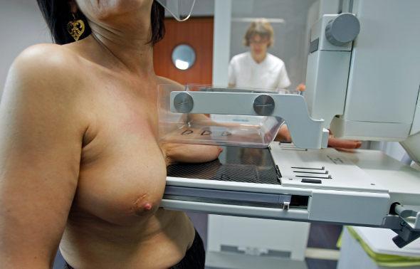Les gars patinent d'énormes seins