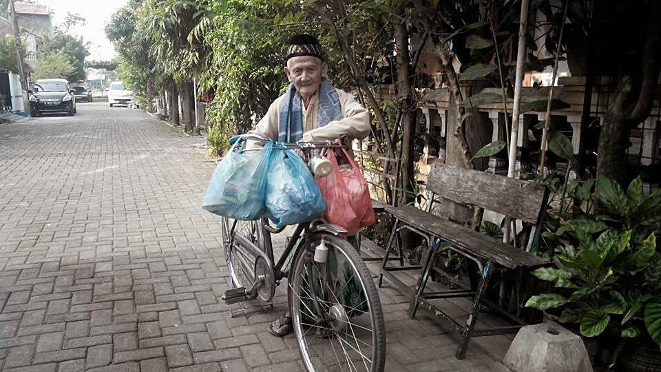 Kakek 92 Tahun Bersedekah 150 Bungkus Nasi Setiap Jumat