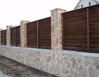 Деревянный забор с каменной столбами. Фото 23