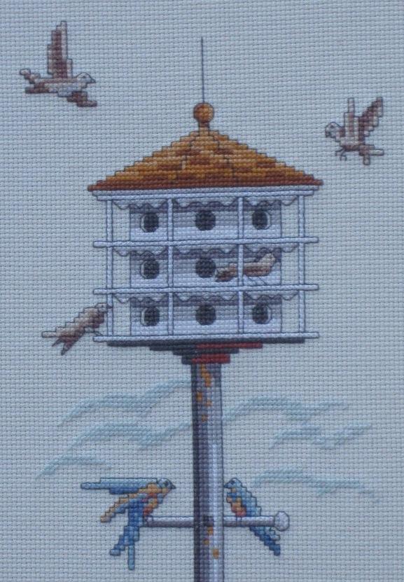 Detalle de la pajarera y los pájaros