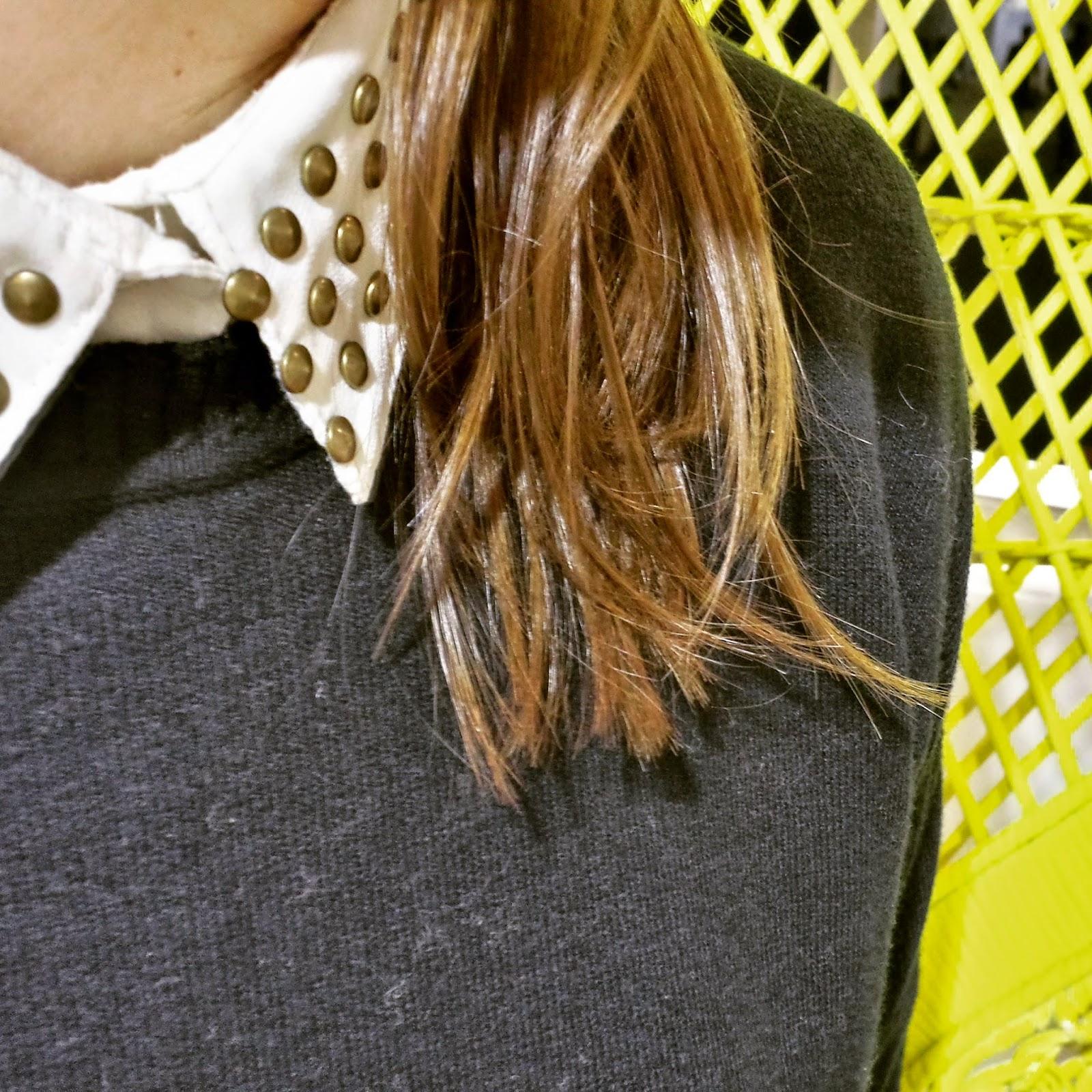 Dentro del divertido fashion club opté por un look sobrio en blanco y negro con una falda midi y un jersey básico negros y camisa blanca. La nota de color la doy con un bolso azul cielo de bimba y lola